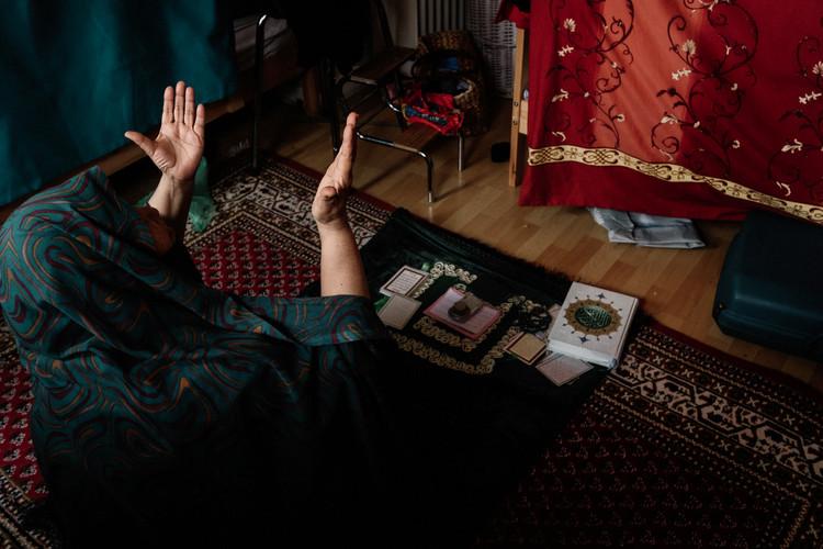 """Malgré l'oppression religieuse par les talibans et l'état islamique. Leyla montre une foi forte, Elle croit que Dieu pourvoira. Le chantier du """"Pacte mondial sur les réfugiés et les migrants"""" a été lancé par les Nations unies en avril 2017. En février 2018 une démarche par l'église Catholique souhaite que la dimension spirituelle et la liberté religieuse soient promues dans le document. C'est en 2018 que devrait être adopter un premier accord entre les gouvernements sur la questions des migrations ( Source UNHCR)  Despite religious oppression by the Taliban and the Islamic state. Leyla shows a strong faith, She believes that God will provide. The construction of the """"Global Compact on Refugees and Migrants"""" was launched by the United Nations in April 2017. In February 2018 an approach by the Catholic Church wishes that the spiritual dimension and religious freedom are promoted in the document. It is in 2018 that a first agreement between governments on migration issues should be adopted (Source UNHCR)"""