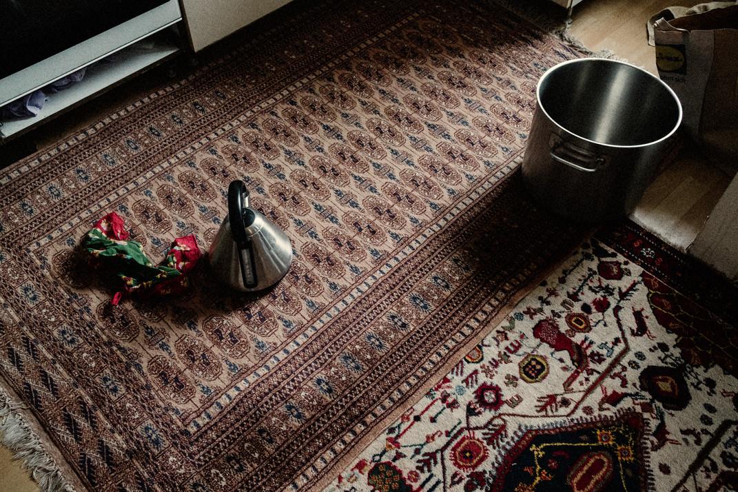 L'agrément simpledetapis est un moyen pour Leyla d'Afghanistan de se sentir comme à la maison.  The simple amenity of carpets is a way for Leyla of Afghanistan to feel like home.