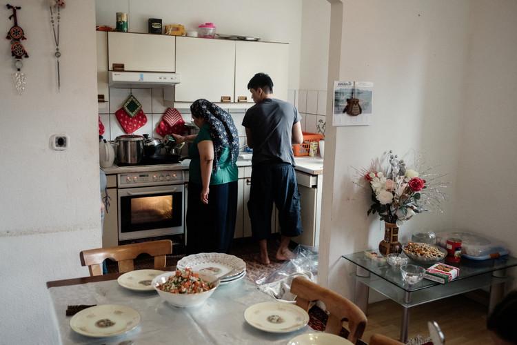 """Leyla était nerveuse à l'idée que les différents plats ne soient pas suffisant. Elle désire que je me sente """"tellement"""" bienvenue.  Leyla was nervous that the different dishes were not enough. She wants me to feel """"so"""" welcome."""