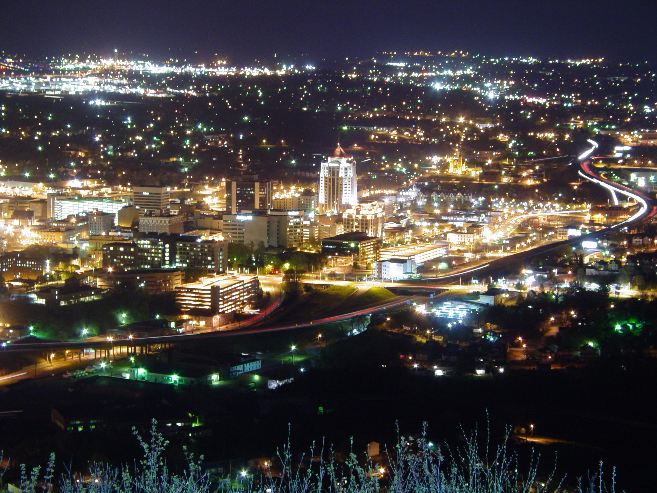 Roanoke,_Virginia_at_night_April_22.jpg