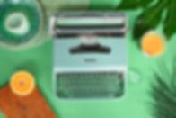Smoothie no escritório com máquina de ecrever