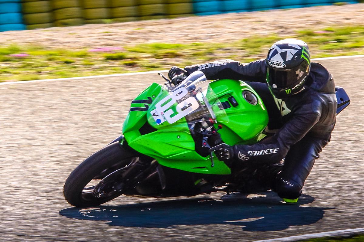 grünes Motorrad schnell unterwegs