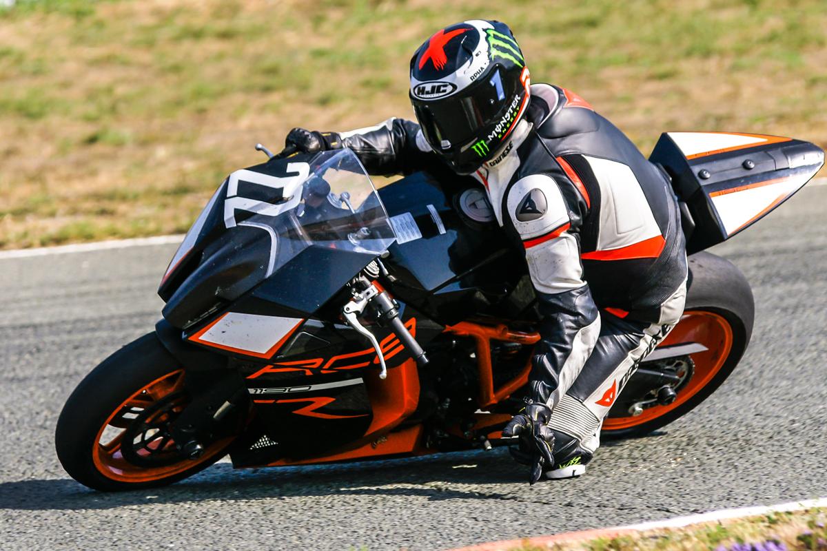 Motorradfahrer auf der Rennstrecke