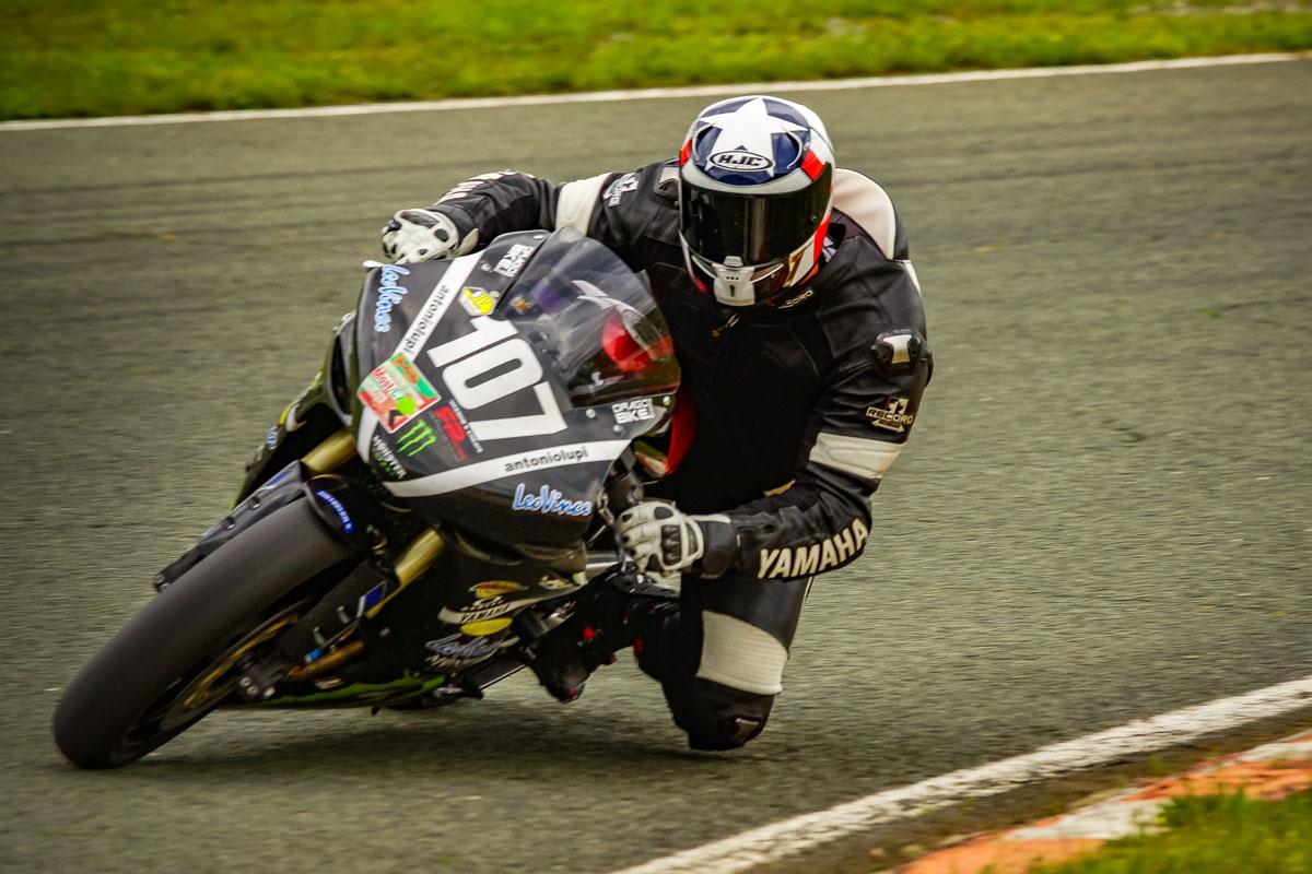 Rennmotorrad auf der Rennstrecke