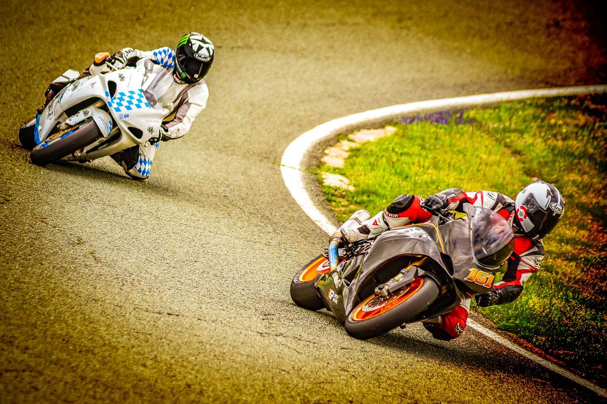 Rennmotorräder auf der Rennstrecke