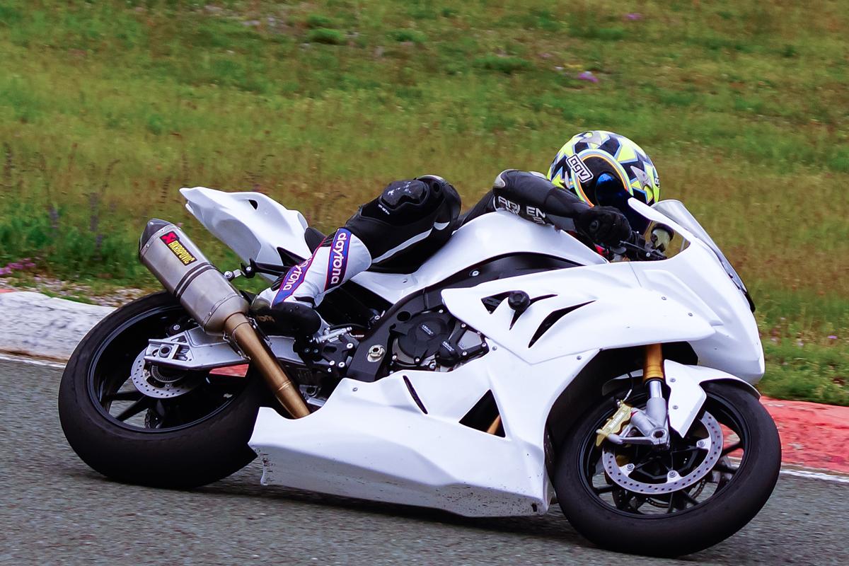 weißer Motorrad in Kurve