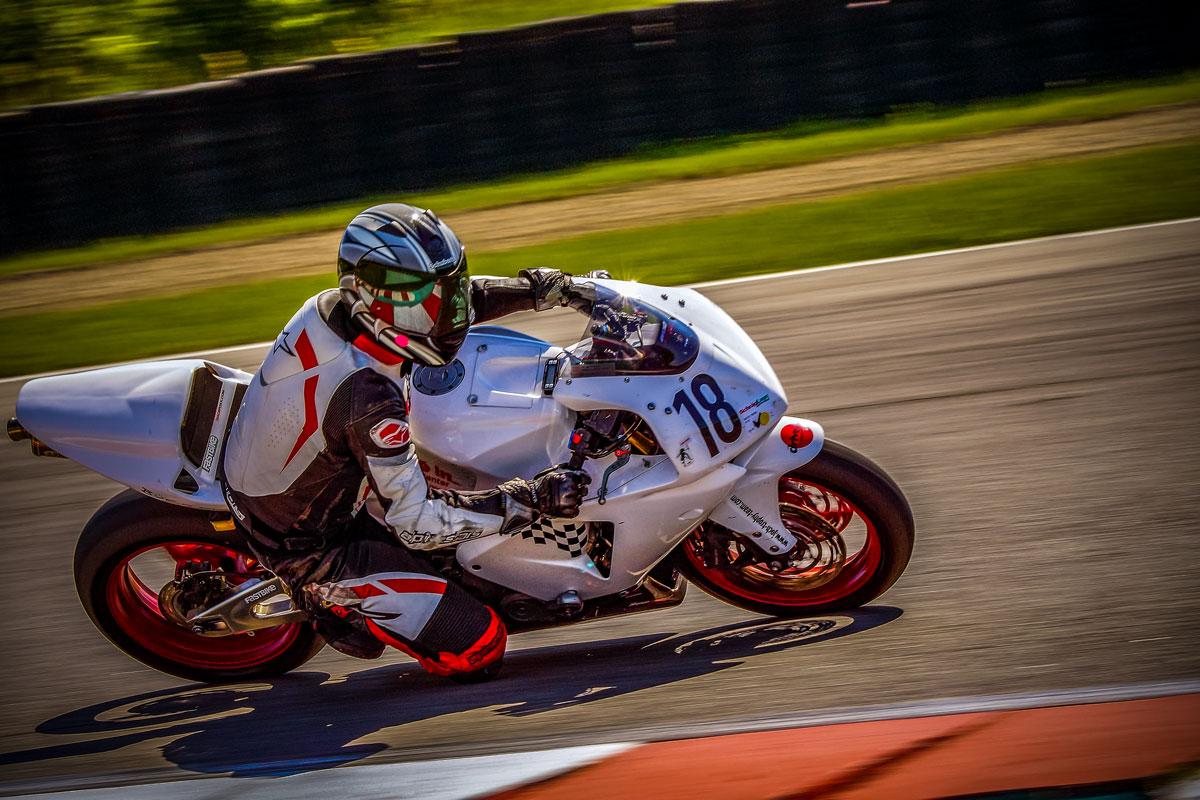 weißes Rennmotorrad