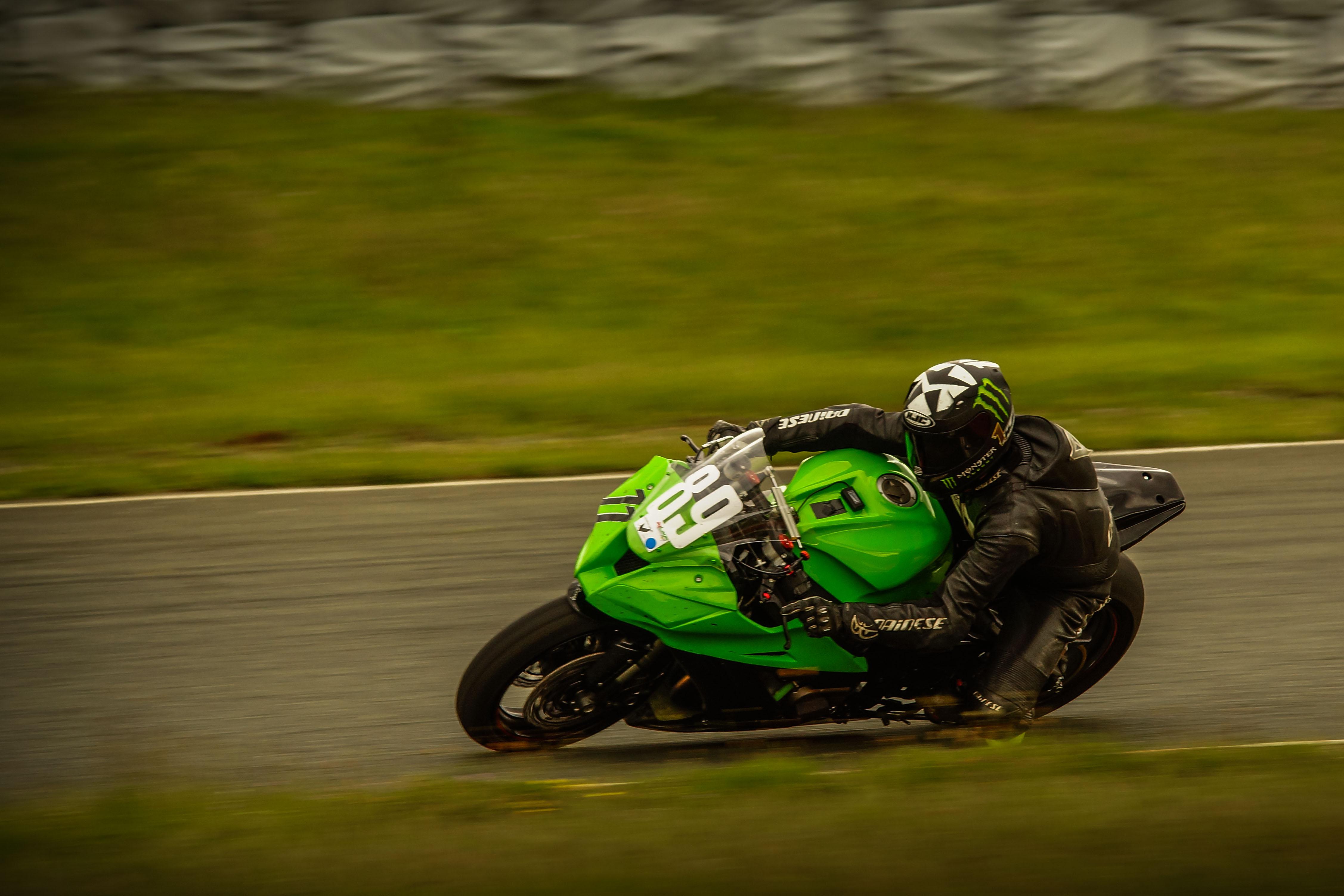schnelles Motorrad in Schräglage