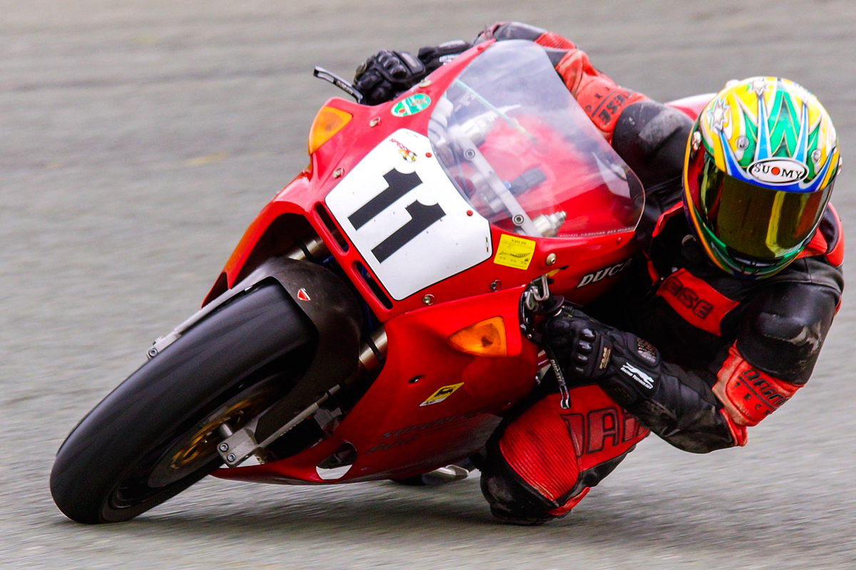 rotes Rennmotorrad in Action
