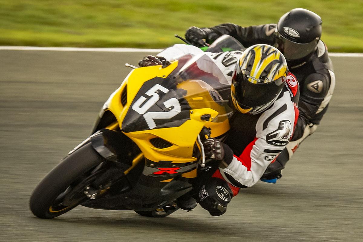 Rennmotorräder im Zweikampf