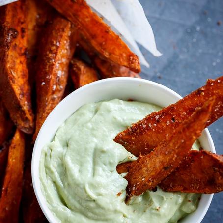 Snadder-alarm! Crispy Søtpotet-Fries med Avokado Aioli