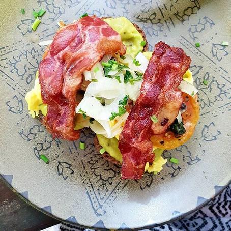 Mettende måltid med avokado, egg og bacon-toast