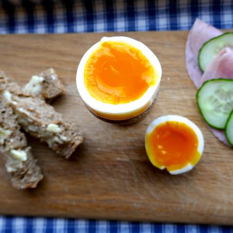 Proteinrik frokost med kokte egg og brødsticks