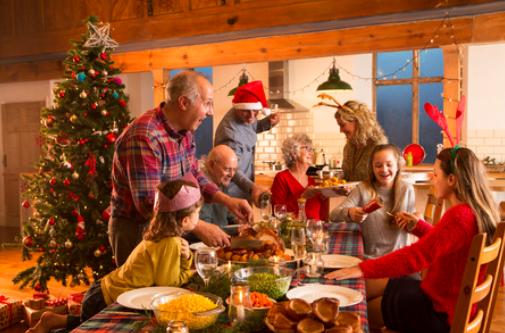 Famille celebrant Noel