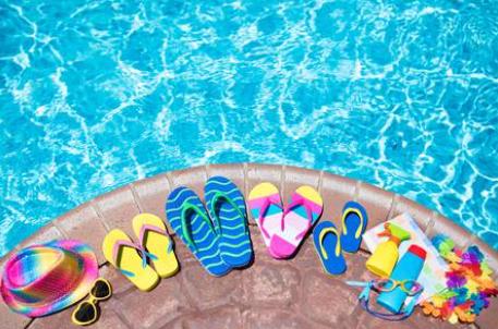 Tongs en bord de piscine