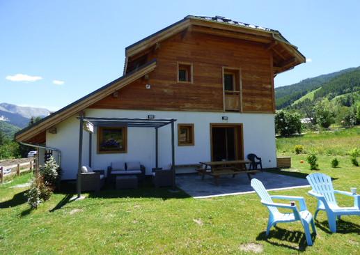 Extérieur, coin salon, terrasse avec table à manger, grand jardin avec vue sur les montagnes et télécabine du Pontillas.