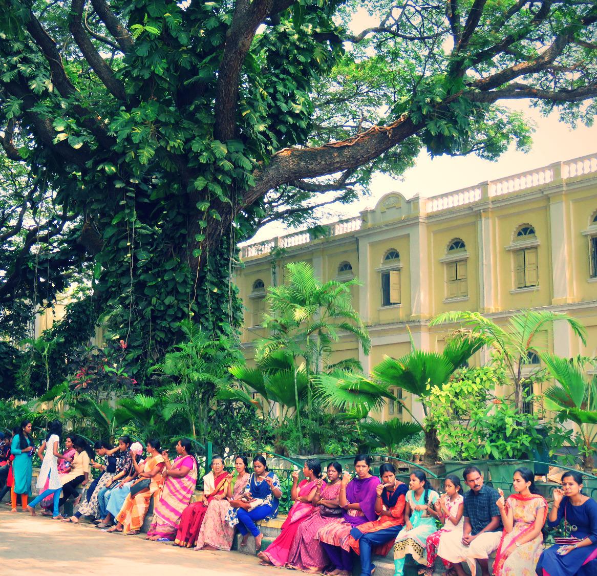 Donne indiane davanti al palazzo del maharaja Amba Vila di Mysore_edited