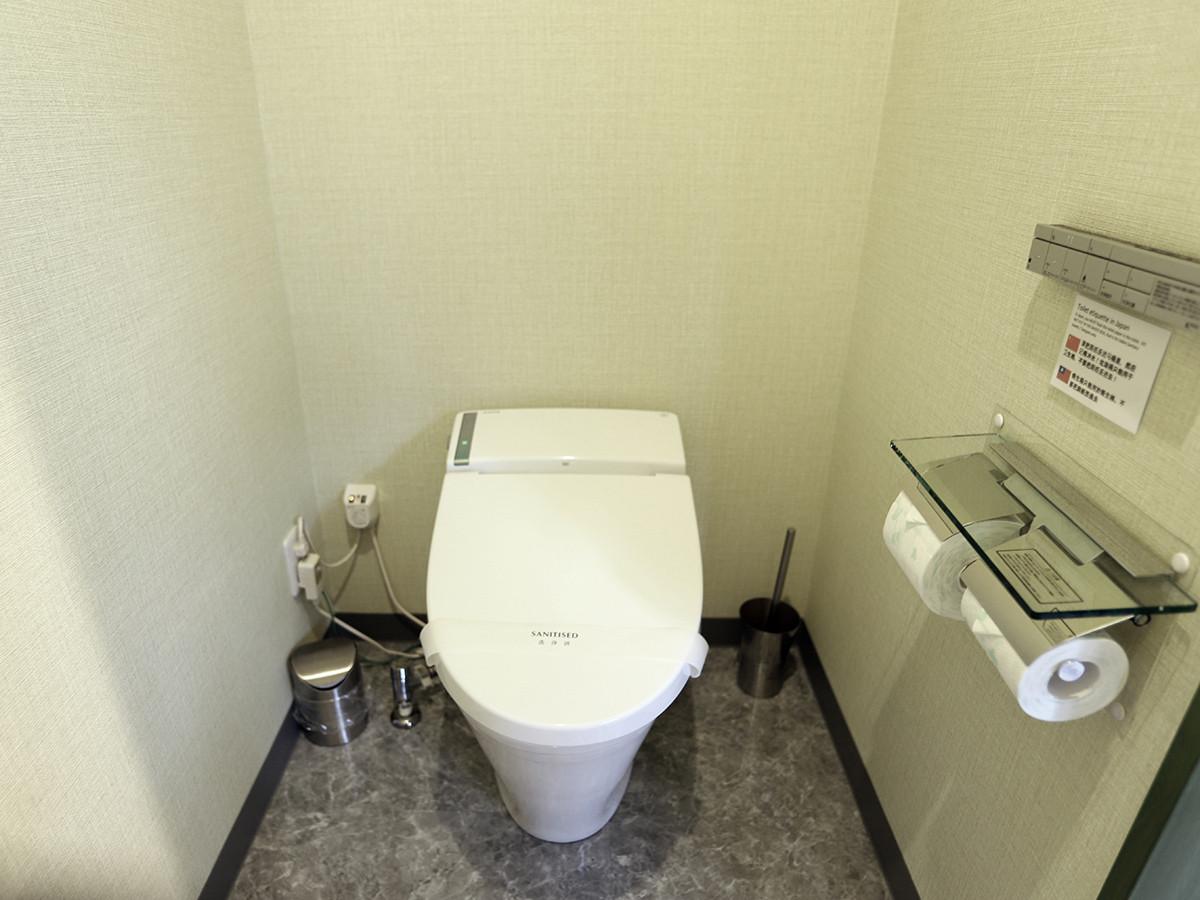 206 Toilet.jpg