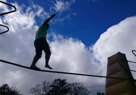 高さ4mの命綱なしの綱渡り