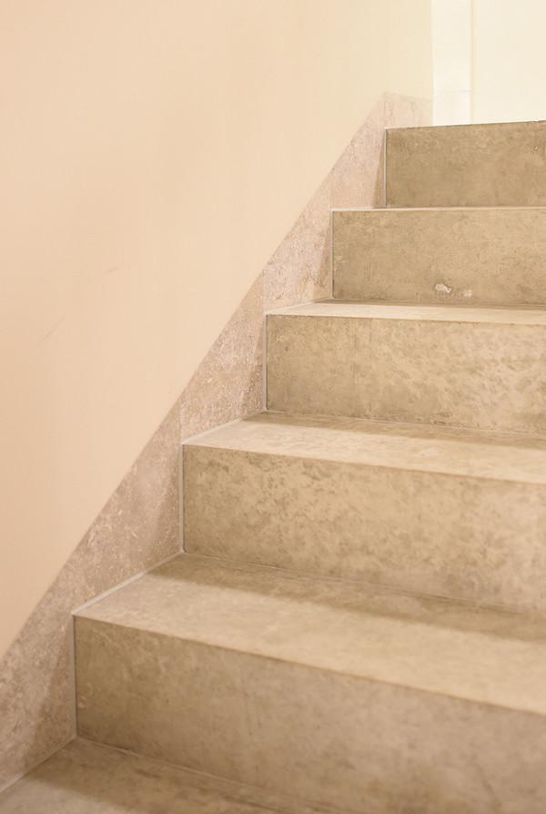 Treppe in Sichtbeton m. Fliesensockel