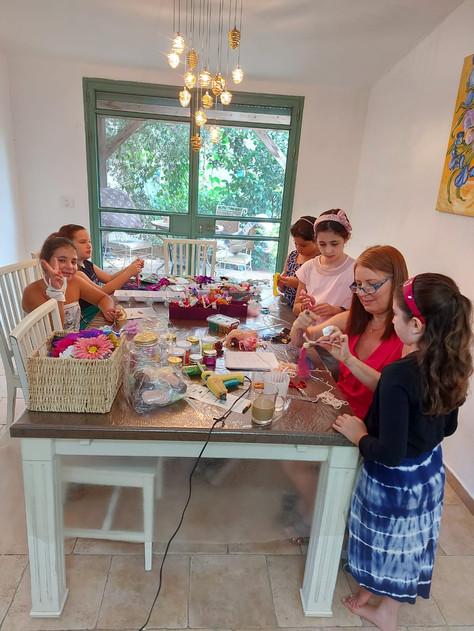 סדנה עם נערות