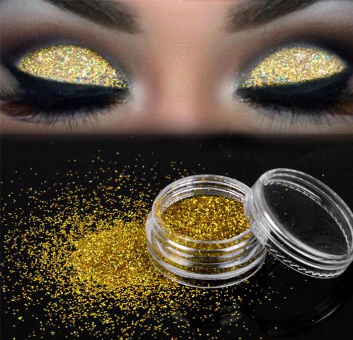 מראה האיפור בגווני זהב לערב ראש השנה מתאים לכולן, הוא משתלב נהדר עם העור השזוף ועם בגדי חג בגוון לבן.