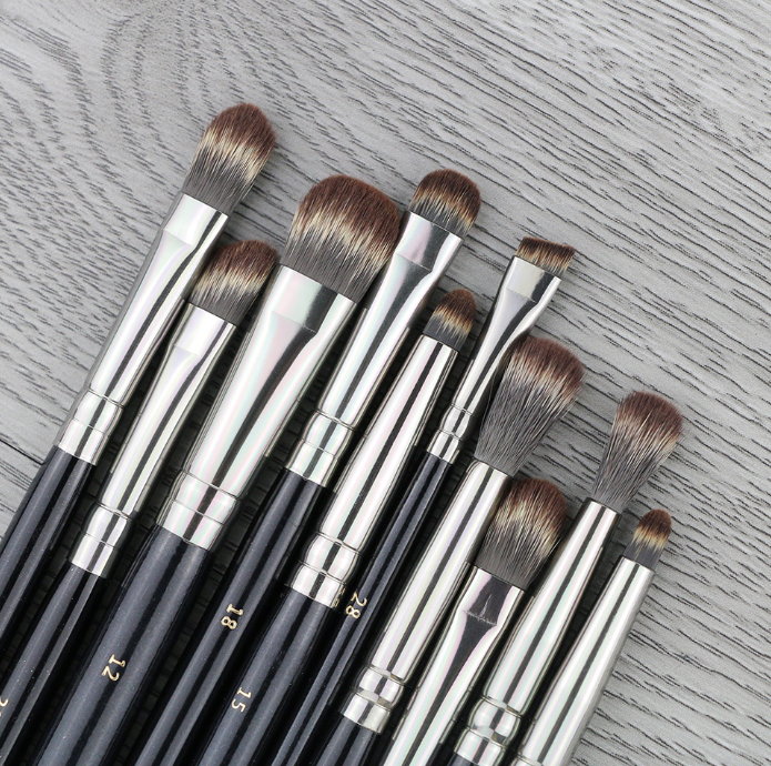 ZOEVA 10Pcs Makeup Eye Brushes Set Synthetic Hair סט 10 מברשות עיניים בגדלים שונים לאיפור מושלם של העיניים, כולל גם מברשת גבות. של מותג המברשות המוביל זואבה.