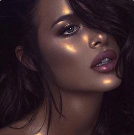 אפשר להתמקד באיפור העיניים או להזהיב באמצעות שימרים נוזליים בגימור מטאלי את נקודות האור בפנים. מי שמעזה, יכולה גם להניח ליפגלוס מוזהב על השפתיים.