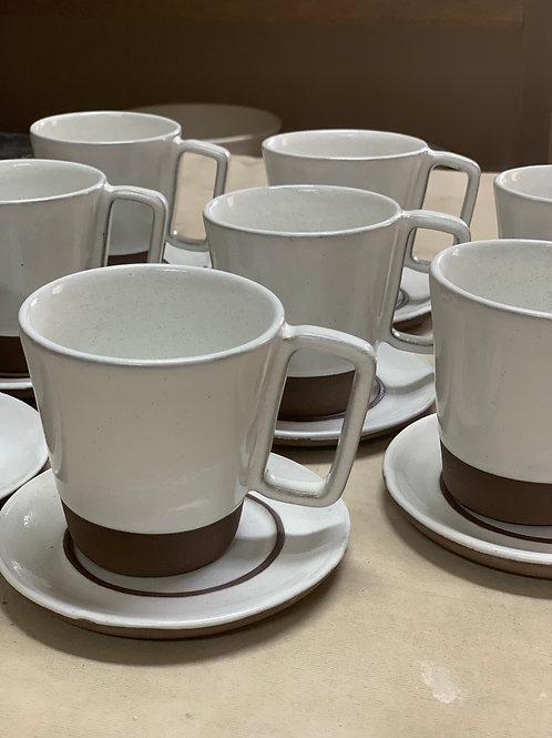 Xícaras de café com pires