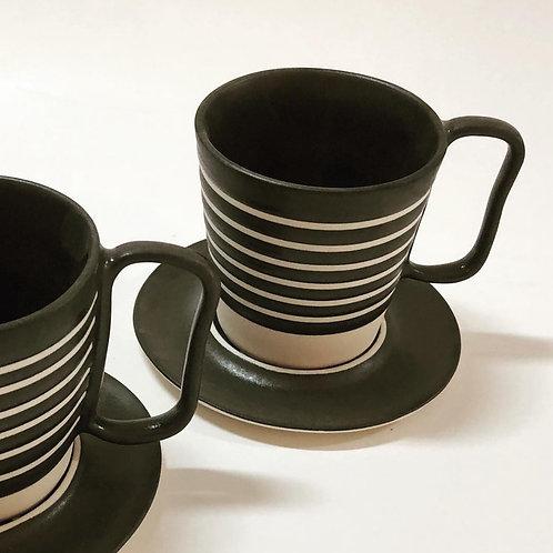Xícara de chá com pires em cerâmica
