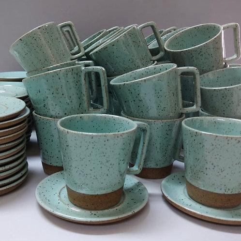 Xícara de café com pires em cerâmica