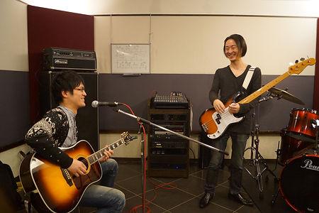 横浜、町田でギター、ベースのレッスン!友達とレッスンコースなら、バンド仲間での参加もOK。友達と一緒なら上達も速い?