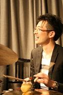 サマリードラムキャンパスの講師代表の竹洞です。東京都町田市にてドラムレッスンを行っています。