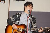 井上先生は歌もお上手。ギターボーカルやハモリを学びたい方にも対応します。