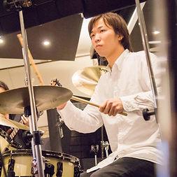 町田にてドラムレッスンを行っているサマリードラムキャンパスのドラム講師、渡邊先生です。まだ20代前半と若いですが、人一倍練習熱心な先生です。