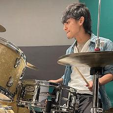 町田にてドラムレッスンを行っているサマリードラムキャンパスのドラム講師、宮崎先生です。ツーバスもこなす技巧派ドラマーです!