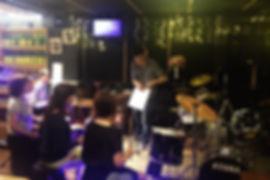 東京都町田のカラオケバーで皆でレッスン。レッスン後はビールで一杯?