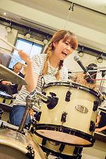 町田にてドラムレッスンを行っているサマリードラムキャンパスのドラム講師、大川先生です。ガールズバンド、THE STEPHANIES(ザ・ステファニーズ)のドラマーとしても活躍中!