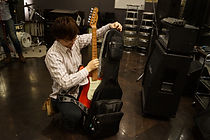 大切なギターは大切に。外観だけではなく、レッスンでは楽器の調整方法もご教授致します。
