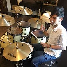 町田にてドラムレッスンを行っているサマリードラムキャンパスのドラム講師、根岸先生です。ガレージロックバンドmellowでも活躍!