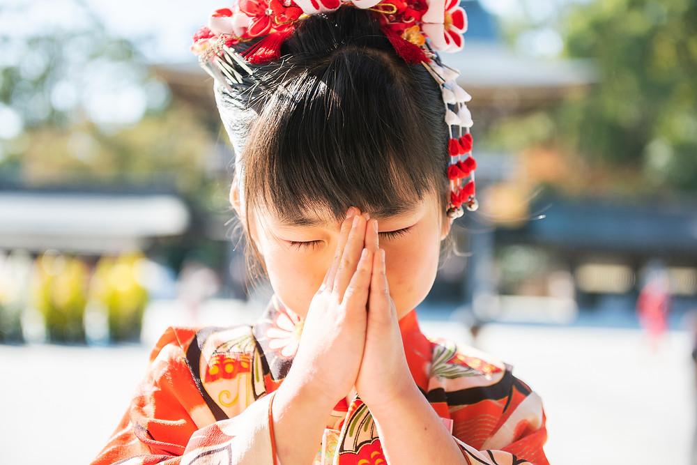 お祈りする女の子