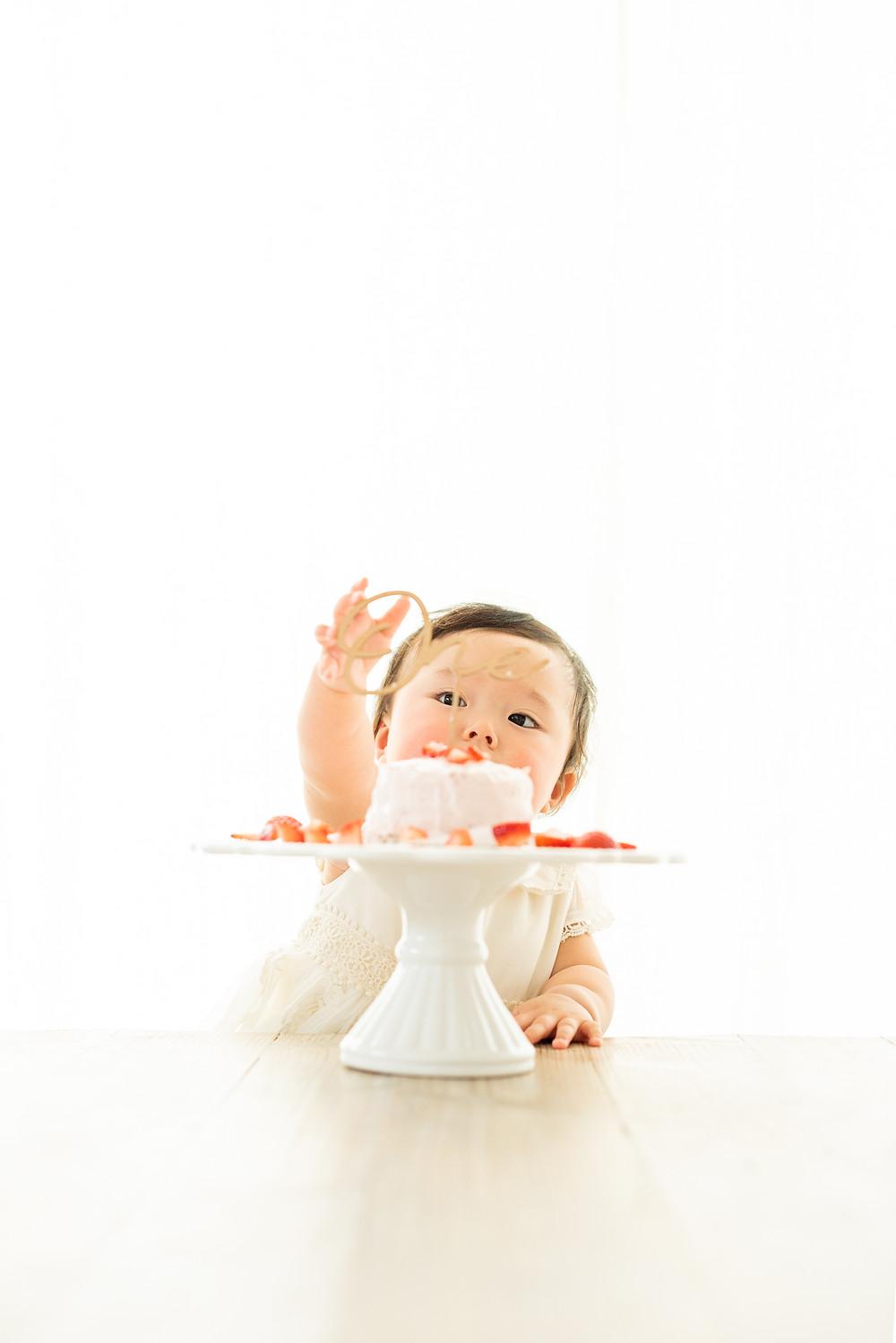 ケーキを食べようとする赤ちゃん