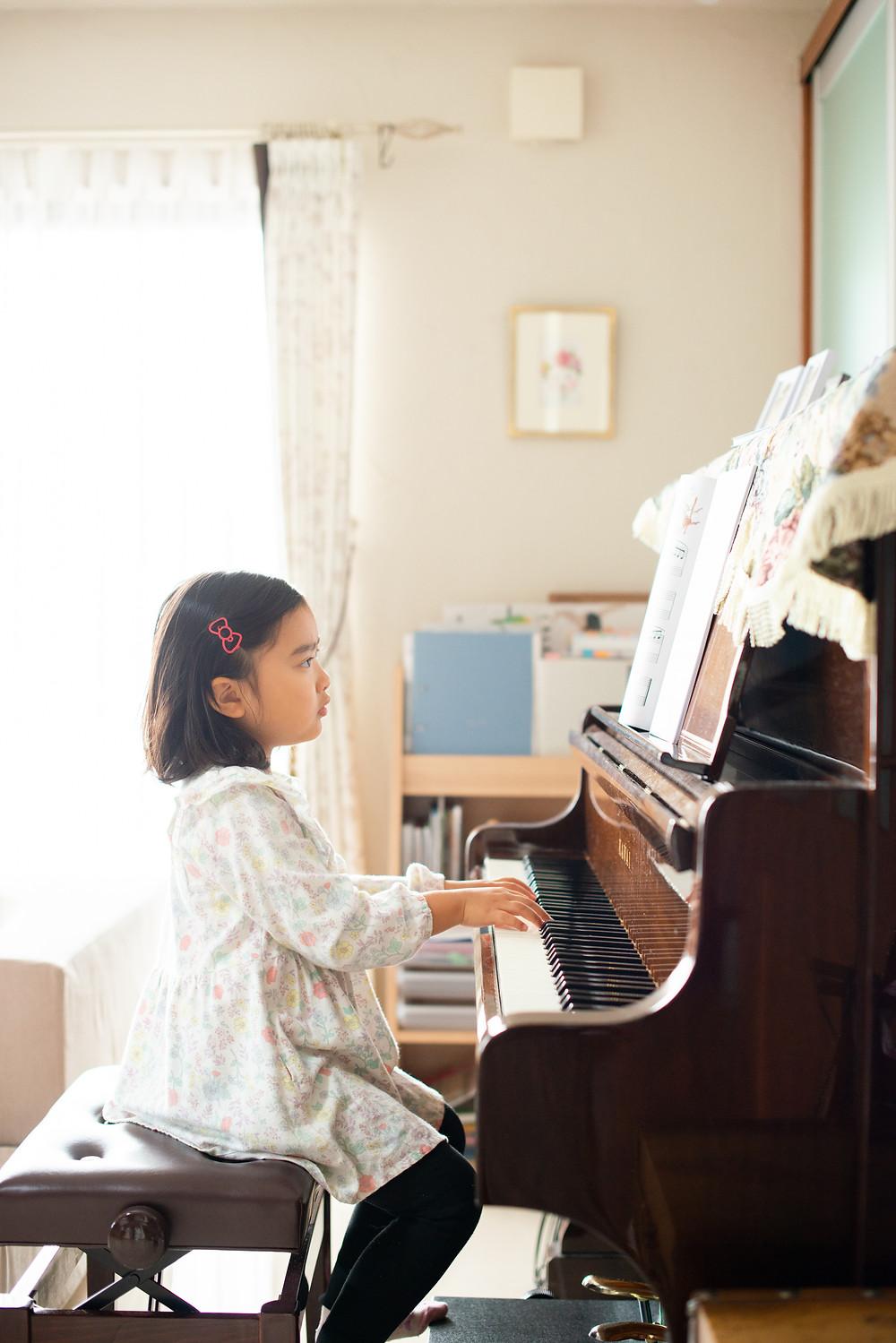 ピアノを引く少女
