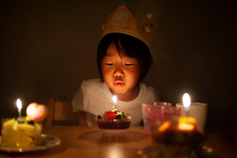 蝋燭の日を消す子供
