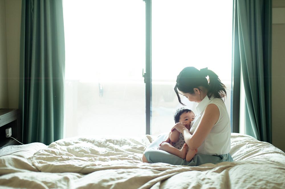 授乳する母