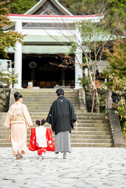 神社を家族3人で歩く