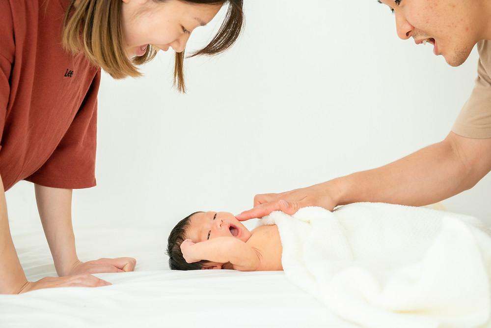 パパとママと遊ぶ新生児