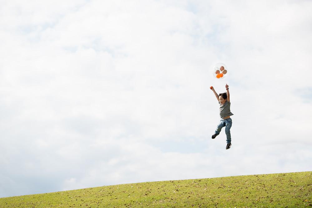 風船で飛ぶ子供