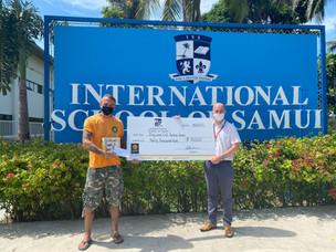 Fier de présenter un chèque de 30 000 ฿ à la fondation Dog and Cat Rescue de Koh Samui