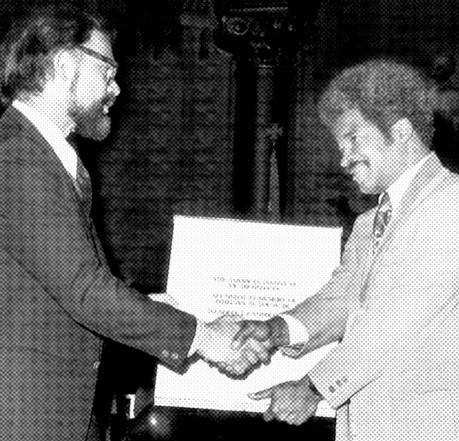 Campbell, right, receives the 1976 Whitney Young Award from AIA president Louis de Moll, FAIA, at the AIA National Convention in Philadelphia. (AIA Archives)